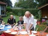 am Nachmittag - Hans deckt den Tisch.jpg