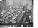 Bundesarchiv_Bild_183-C0105-0002-001,_Berlin,_Grenz�bergang_Chausseestra�e,_West-Berliner_Besucher.jpg