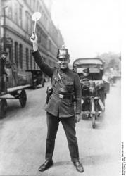 Verkehrsposten-der-Schutzpolizei-gegen-1924.jpg