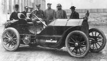 1904 mercedes 4-cyl 12-litre 90hp - camille jenatzy, 2nd from left.jpg