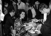 Jürgen Roland und Marianne Koch bei der Autogrammstunde im Wiener Verkehrsbüro, anläßlich der Sendung dtaus.jpg