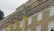 Lateinische Inschrift am Festspielhaus.jpg