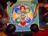 Mönche arbeiten am Mandala 1.JPG
