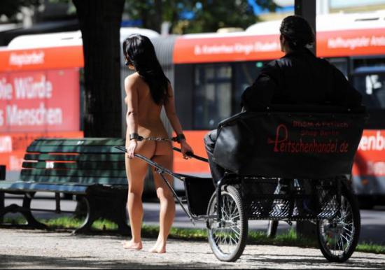 Вот что могут увидеть жители Берлина, девушка рикша абсолютно голая.