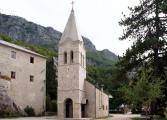 Ostrog_ Kirche unterhalb des Klosters.jpg