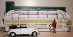 Größenverhältnis Mercedesbus in 1 zu 32 zu Spur 1-Waggon und Preiserfiguren.JPG