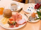 hotel-schwarzwaldhof-hinterzarten-fruehstueckstisch.jpg