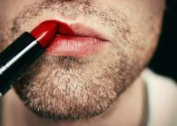 Forum, bärtiger Mann mit Lippenstift