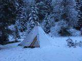 ein Tentipi im ersten Schnee.JPG
