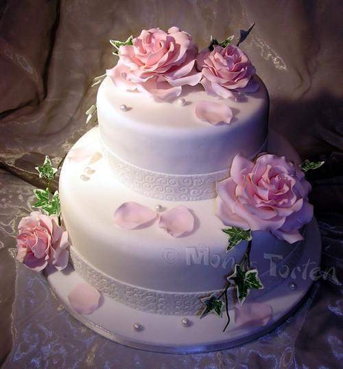Doppelstöckige Hochzeitstorte mit rosafarbenen Rosen  Motivtorten ...