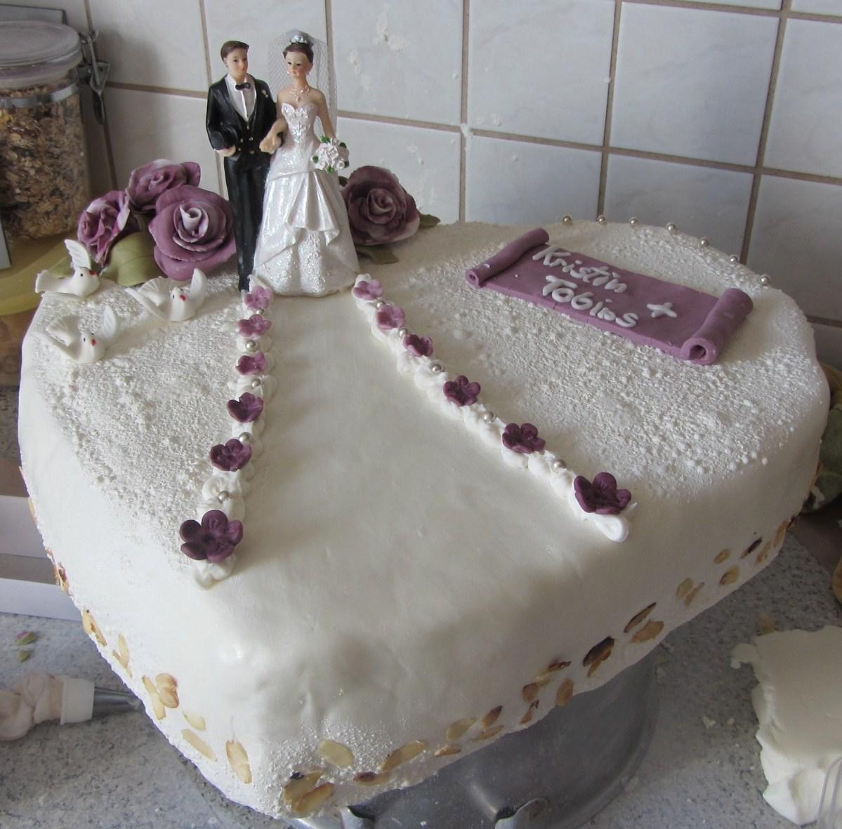 Meine erste Hochzeitstorte... ein großes Herz... :-D