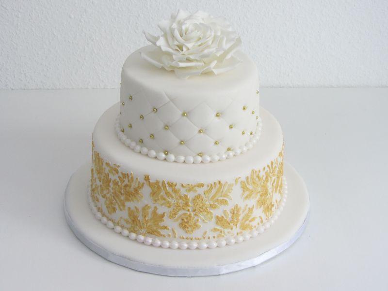 Hochzeitstorte ganz in Weiß und Gold mit Barockmuster