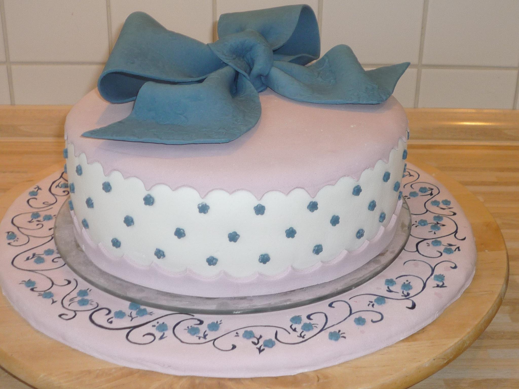 Geburtstag erwachsene geburtstagstorte mit schleife for Kuchen glasplatte
