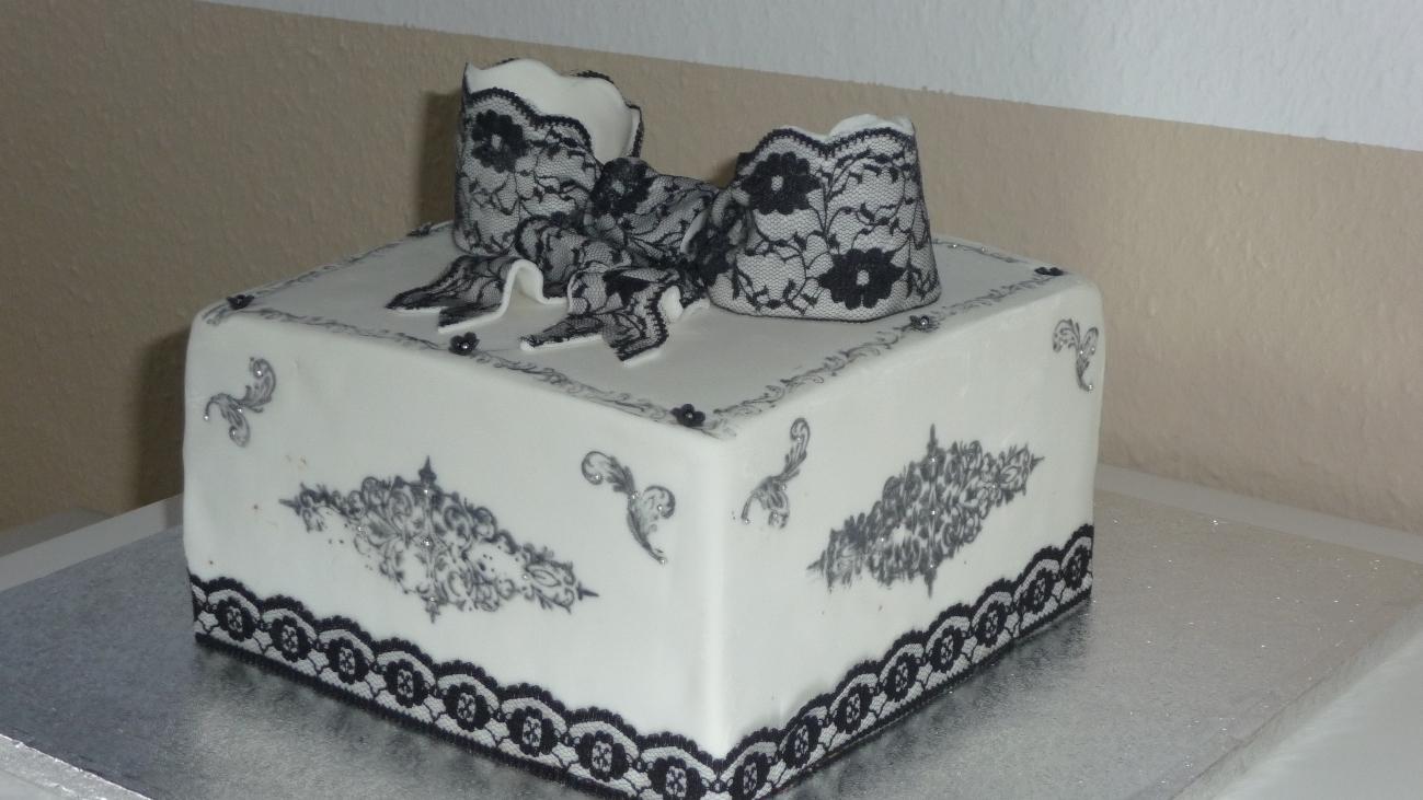 geburtstag erwachsene eine eckige schwarz weiss torte mit spitze. Black Bedroom Furniture Sets. Home Design Ideas
