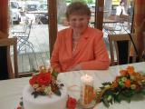 Oma mit Torte und Kerze 80iger.JPG