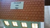 Haus von hinten mit Licht und Ois Guade Schild.jpg