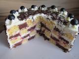 Schachbrett Torte mit Blaubeeren im Anschnitt.jpg