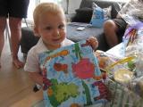 Jona mit Geschenk.JPG