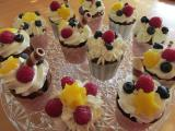 Schoko-Cup Cakes mit Sahne und Obstbelag.jpg