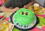 Michi mit Ninjago Torte - Kopie.jpg