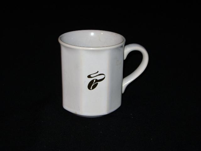 tchibo porzellan kaffeebecher tasse goldenes markenlogo ebay. Black Bedroom Furniture Sets. Home Design Ideas