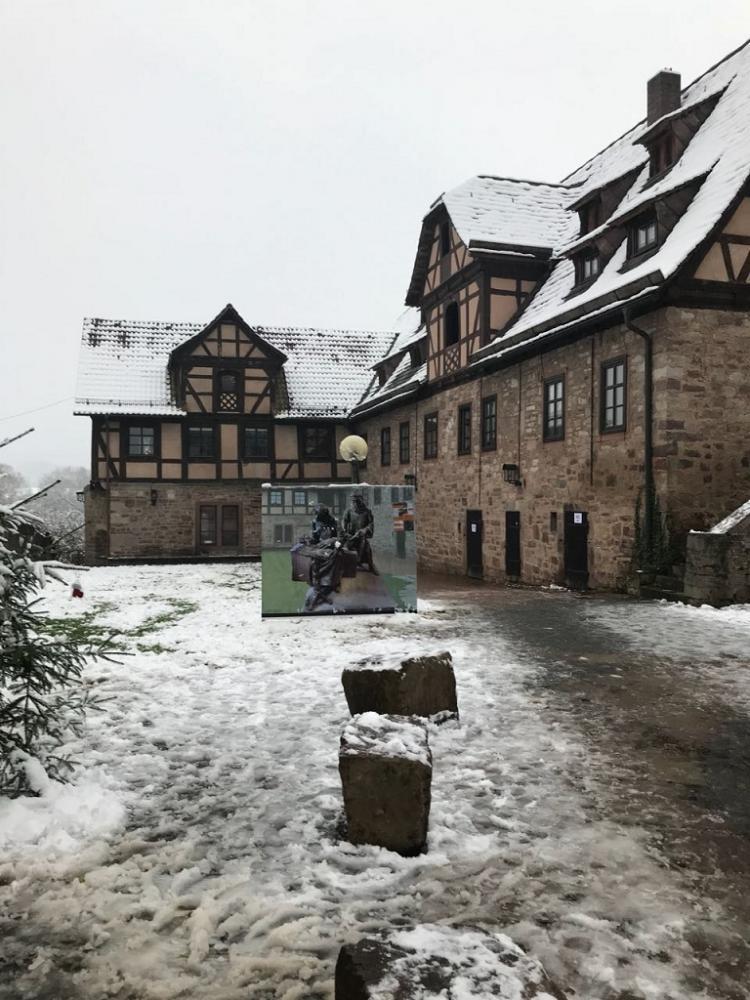 """Im Innenhof des Klosters wurde um Unterstützung für das Projekt """"Mönchsskulptur"""" geworben"""