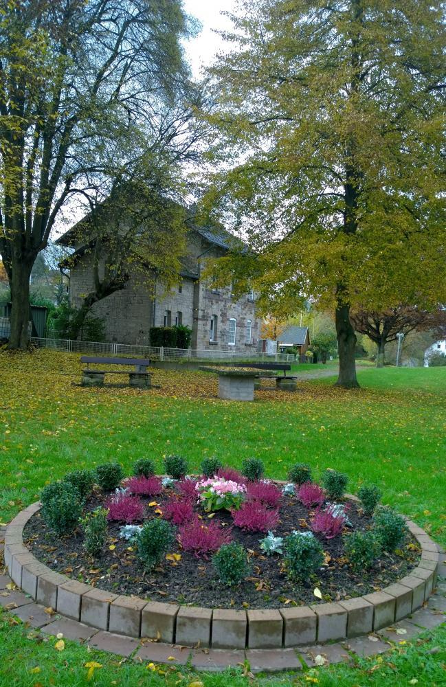 Der Bahnhofpark im Herbst. Das Beet im Vordergrund wird von Anwohnern gepflegt.