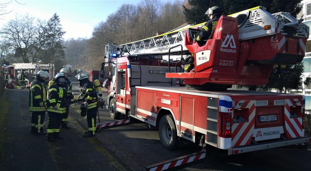 Drehleiter mit Rettungskorb der Feuerwehr Beverungen u. Feuerwehrmänner mit Atemschutz