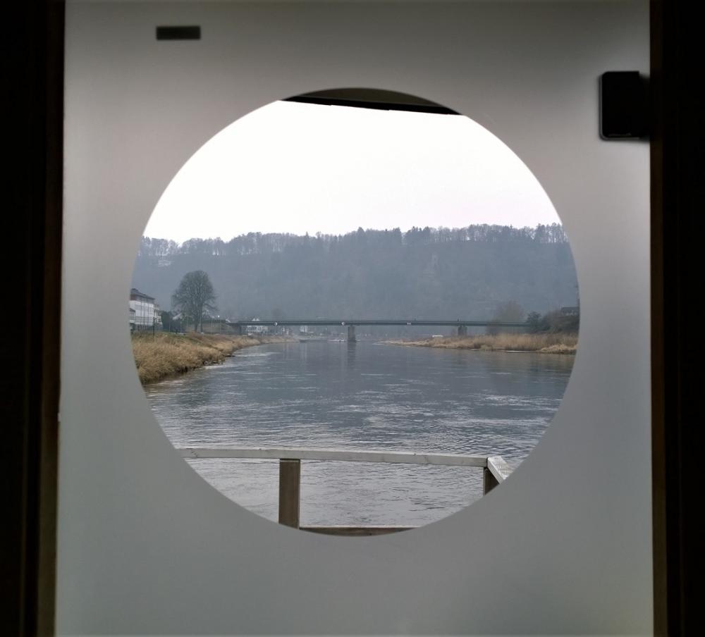 Blick aus dem Saunaboot auf die Weserbrücke