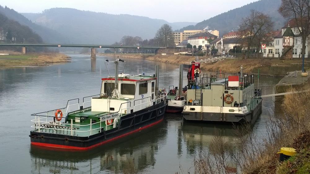 Ein Aufsichtsboot und ein Bauhüttenschiff des WSA Hann. Münden