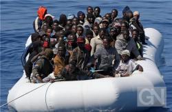 Im-Mittelmeer-wird-ein-Boot-mit-afrikanischen-Fluechtlingen-102080.jpg