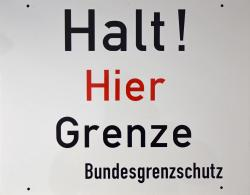 Schild HALT HIER GRENZE.jpg