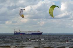 Kitesurfer in der Ostsee bei Barendorf.jpg
