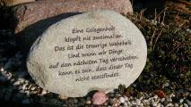 Gravierter Stein mit Spruch