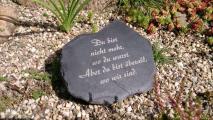Stein mit Gravur: Grabstein