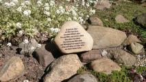 Gravierter Findling, Stein für ein Grab