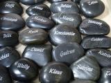 Namen auf Stein graviert