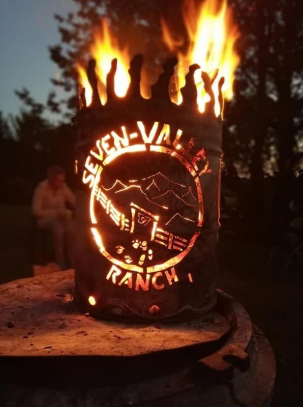 Feuertonne mit Inschrift Seven Valley Ranch